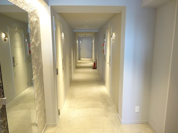 THE WALL HOTEL Hallway