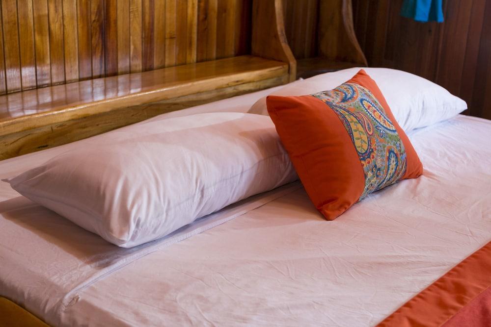 https://i.travelapi.com/hotels/14000000/13380000/13379100/13379019/1750d3df_z.jpg