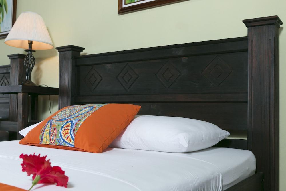 https://i.travelapi.com/hotels/14000000/13380000/13379100/13379019/198e117a_z.jpg