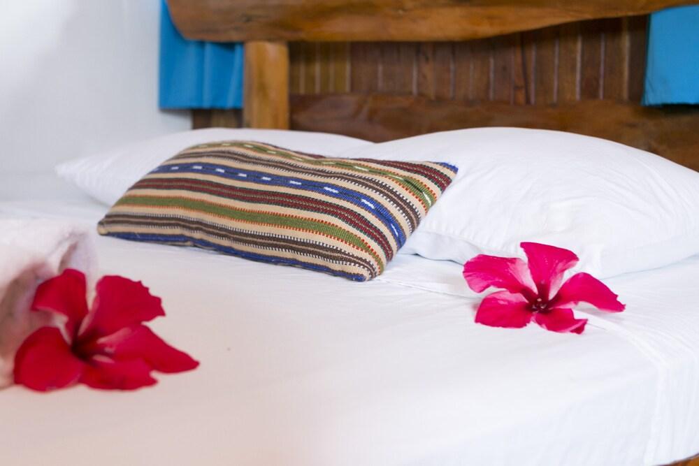 https://i.travelapi.com/hotels/14000000/13380000/13379100/13379019/51162187_z.jpg