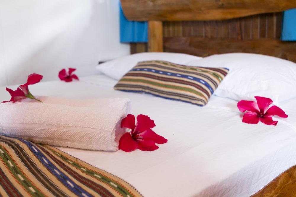 https://i.travelapi.com/hotels/14000000/13380000/13379100/13379019/7fe46a79_z.jpg