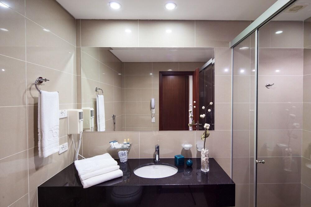 https://i.travelapi.com/hotels/14000000/13460000/13455900/13455822/7313d1d6_z.jpg