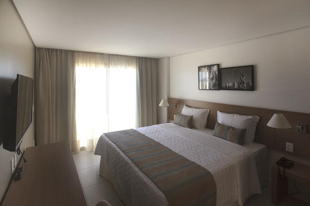 https://i.travelapi.com/hotels/14000000/13470000/13462900/13462806/1b99209c_z.jpg