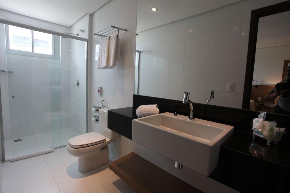 https://i.travelapi.com/hotels/14000000/13470000/13462900/13462806/213873fb_z.jpg