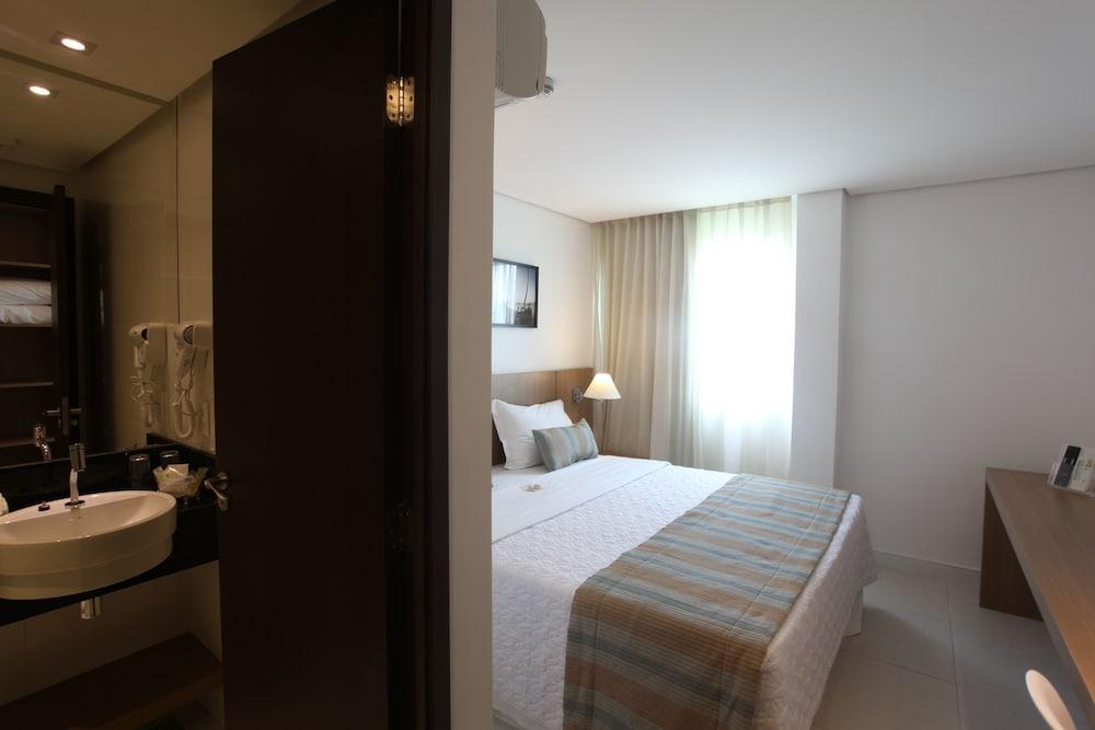 https://i.travelapi.com/hotels/14000000/13470000/13462900/13462806/8d5b01c7_z.jpg