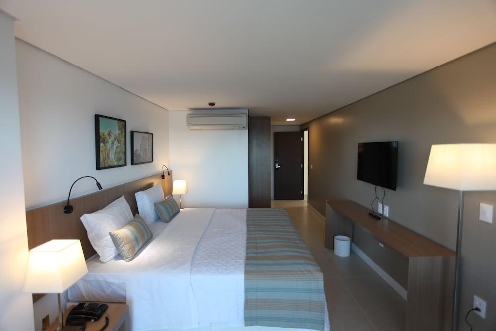 https://i.travelapi.com/hotels/14000000/13470000/13462900/13462806/aab97348_z.jpg