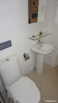 H HOTELS - METRO NORTH UNO Bathroom