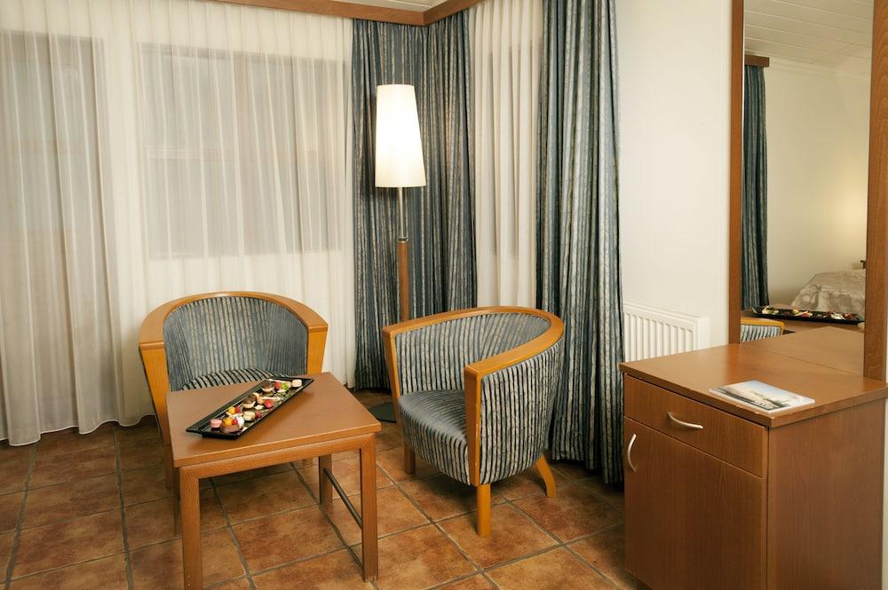 https://i.travelapi.com/hotels/14000000/13500000/13492800/13492770/0ec0823d_z.jpg