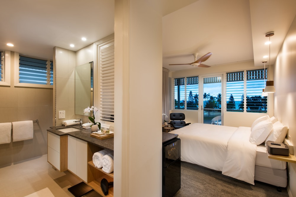 https://i.travelapi.com/hotels/15000000/14590000/14587900/14587836/3d2cda84_z.jpg