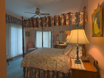 Deluxe Suite, 1 Queen Bed, Private Bathroom, Hill View (The Asher Durand - Room 6)