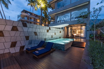Ocean Front with Infinity Pool (King)