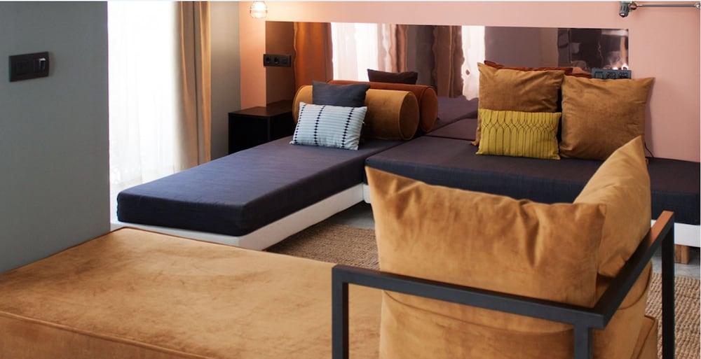 https://i.travelapi.com/hotels/15000000/14670000/14670000/14669916/626831a0_z.jpg