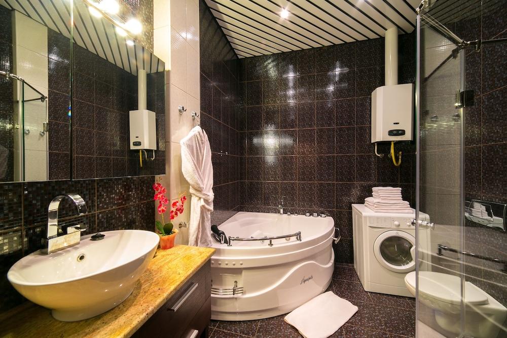 https://i.travelapi.com/hotels/15000000/14710000/14700300/14700252/34b02a87_z.jpg