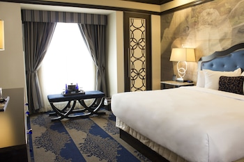 Deluxe Room, 1 King Bed, Track View