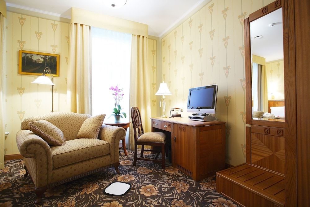 https://i.travelapi.com/hotels/15000000/14740000/14732400/14732313/0c1cbea6_z.jpg