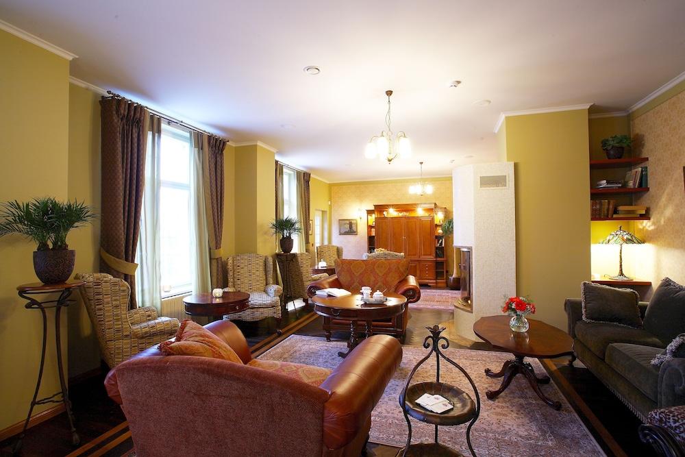 https://i.travelapi.com/hotels/15000000/14740000/14732400/14732313/f4861a19_z.jpg