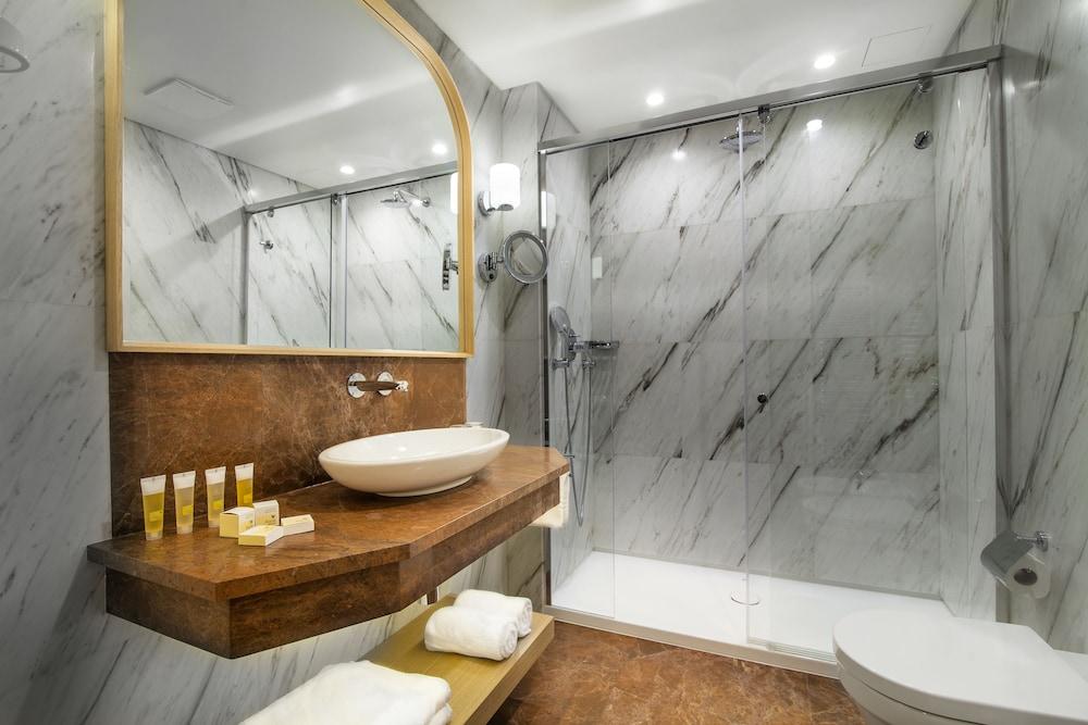 https://i.travelapi.com/hotels/15000000/14770000/14764100/14764008/77cd1464_z.jpg