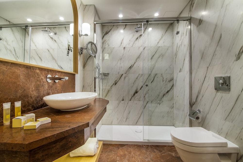 https://i.travelapi.com/hotels/15000000/14770000/14764100/14764008/c0869d3c_z.jpg
