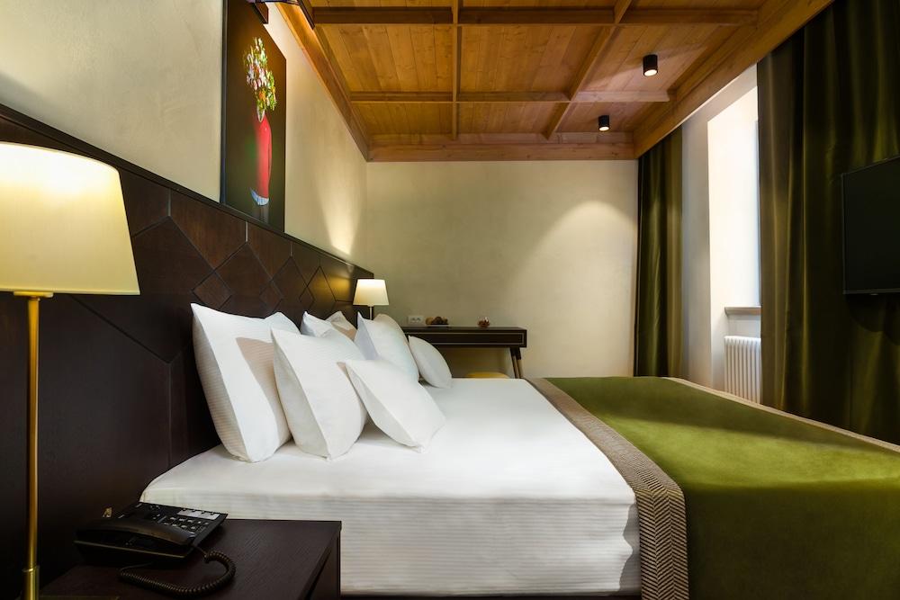 https://i.travelapi.com/hotels/15000000/14770000/14764100/14764008/d8a486b3_z.jpg