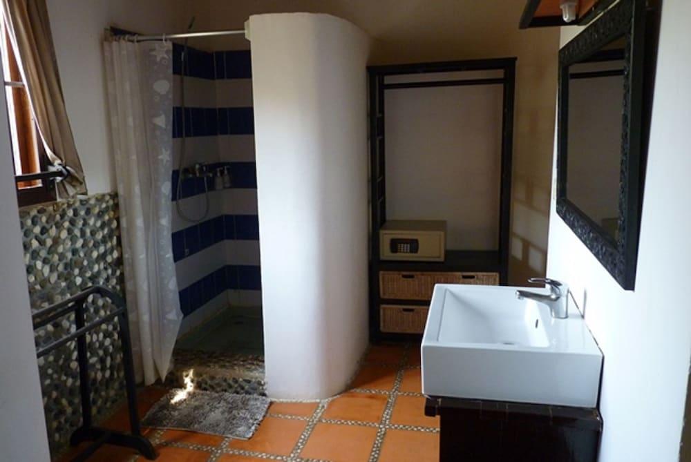 https://i.travelapi.com/hotels/15000000/14770000/14766800/14766789/93bcf61c_z.jpg