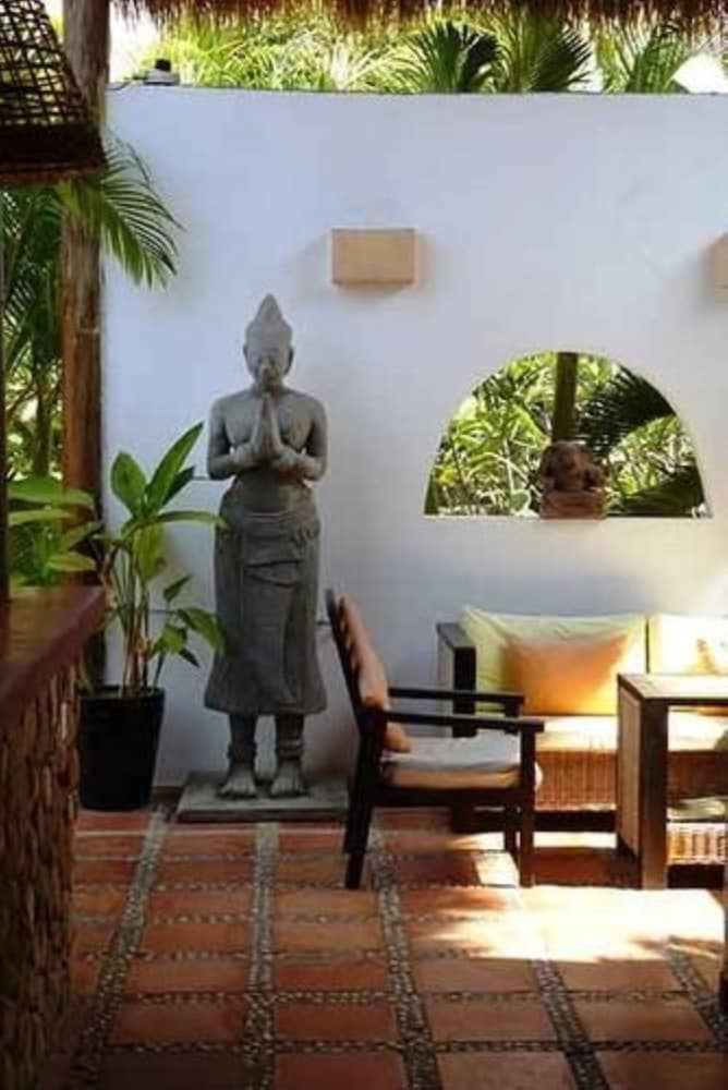 https://i.travelapi.com/hotels/15000000/14770000/14766800/14766789/a8ef18b5_z.jpg