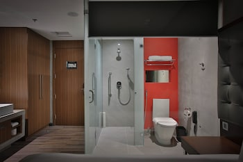 B HOTEL QUEZON CITY Bathroom