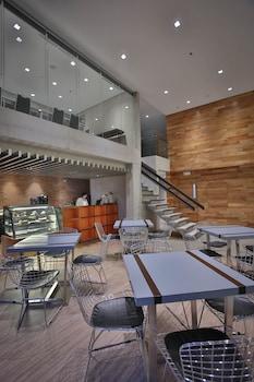 B HOTEL QUEZON CITY Cafe
