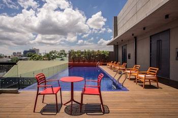 B HOTEL QUEZON CITY Outdoor Pool