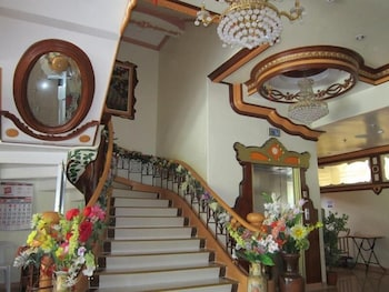 GOLDEN STALLION SUITES Staircase