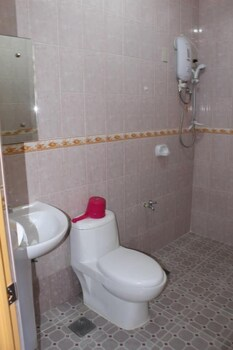 GOLDEN STALLION SUITES Bathroom
