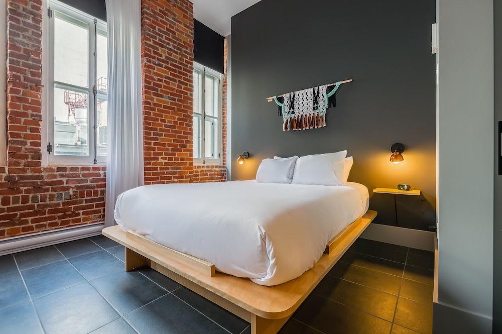 https://i.travelapi.com/hotels/15000000/14870000/14869900/14869862/556c471c_z.jpg