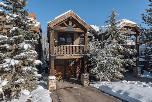 Slopeside 4 bedroom Townhome by All Seasons Resort Lodging, Summit