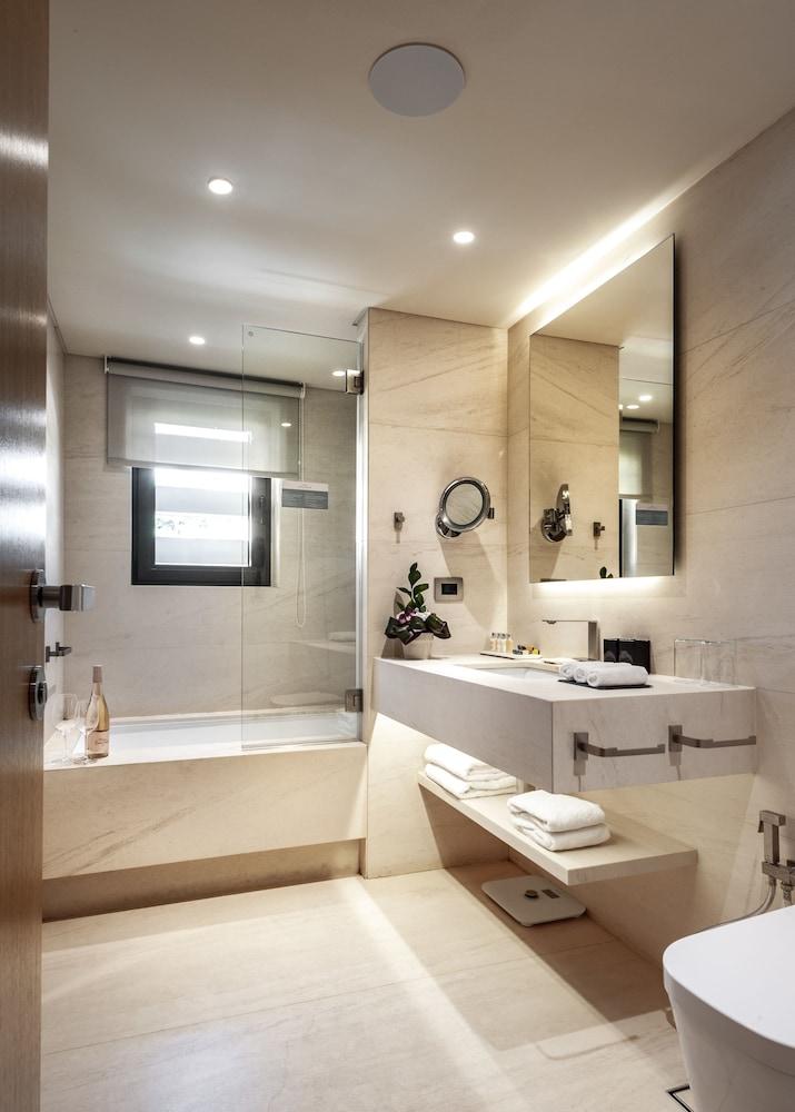 https://i.travelapi.com/hotels/15000000/14920000/14917500/14917497/a1ee8d57_z.jpg