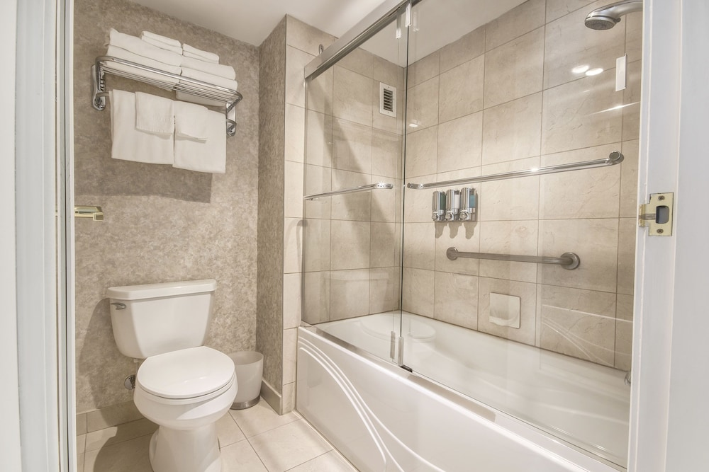 https://i.travelapi.com/hotels/15000000/14930000/14922500/14922460/2a6cd40a_z.jpg
