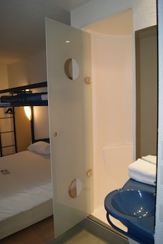 ibis budget Nevers Varennes Vauzelles - Bathroom  - #0