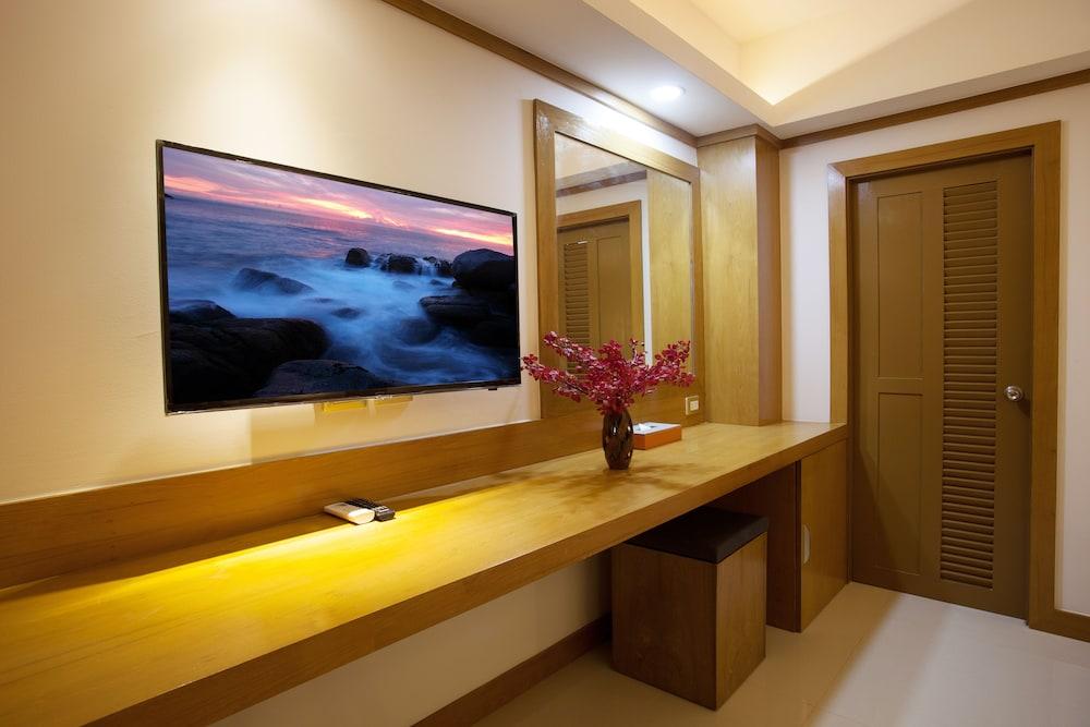 https://i.travelapi.com/hotels/16000000/15010000/15005000/15004933/47df9b0f_z.jpg