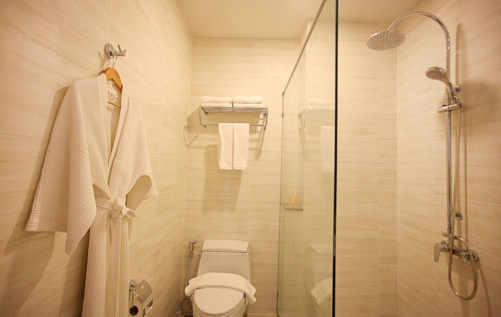 https://i.travelapi.com/hotels/16000000/15010000/15005000/15004933/89e2a2e9_z.jpg