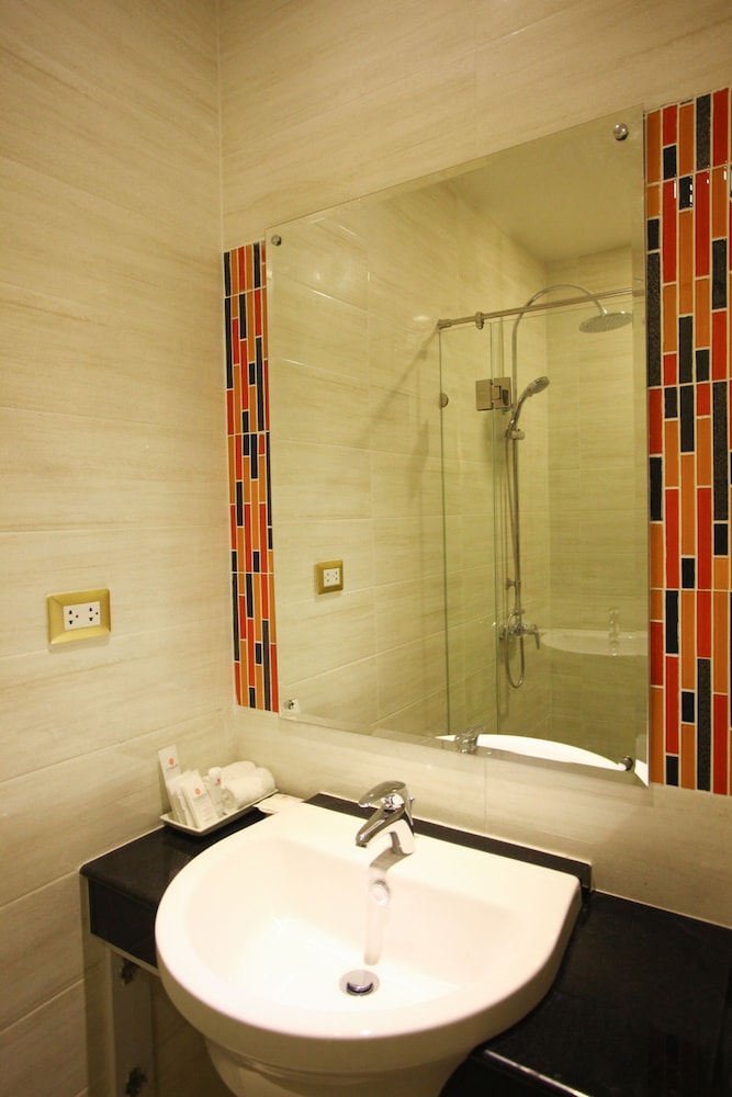 https://i.travelapi.com/hotels/16000000/15010000/15005000/15004933/b3870daa_z.jpg