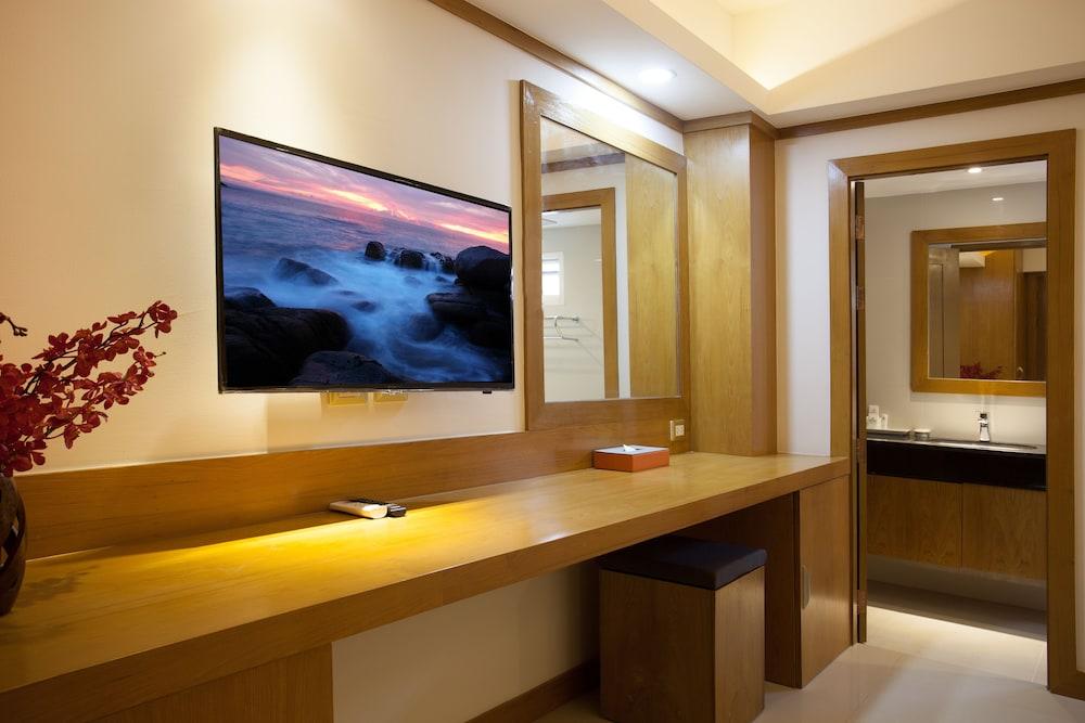 https://i.travelapi.com/hotels/16000000/15010000/15005000/15004933/bdd75195_z.jpg