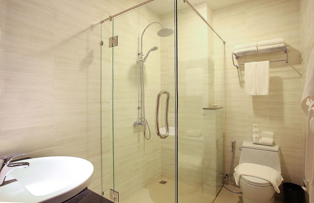 https://i.travelapi.com/hotels/16000000/15010000/15005000/15004933/d751cb53_z.jpg