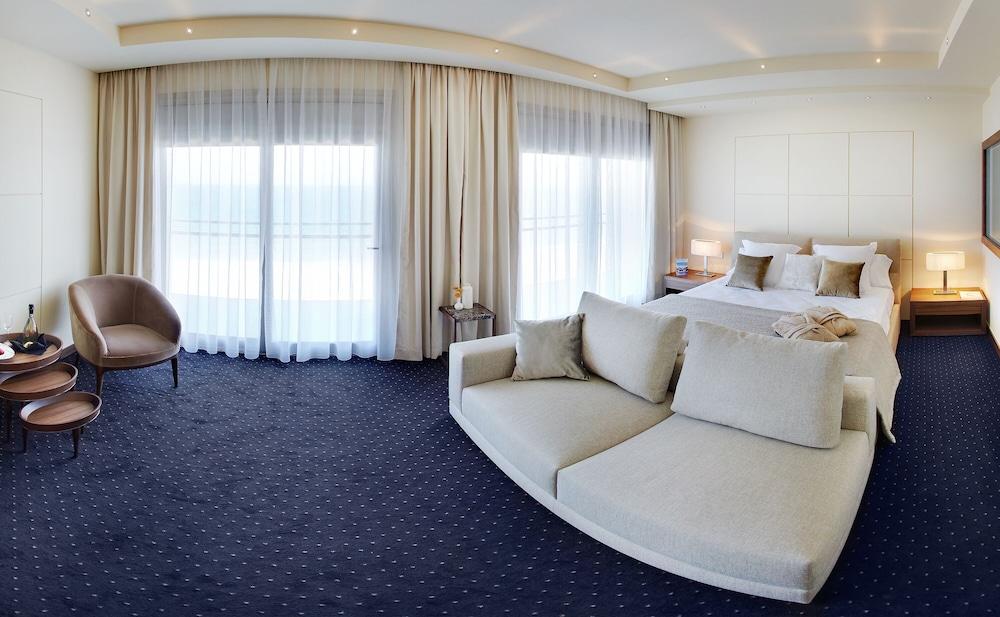 https://i.travelapi.com/hotels/16000000/15040000/15035800/15035781/08cf1615_z.jpg