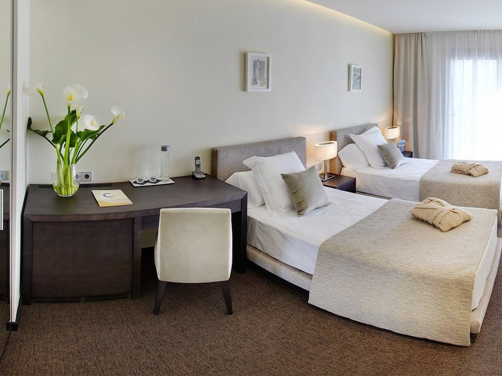 https://i.travelapi.com/hotels/16000000/15040000/15035800/15035781/2df6c16d_z.jpg