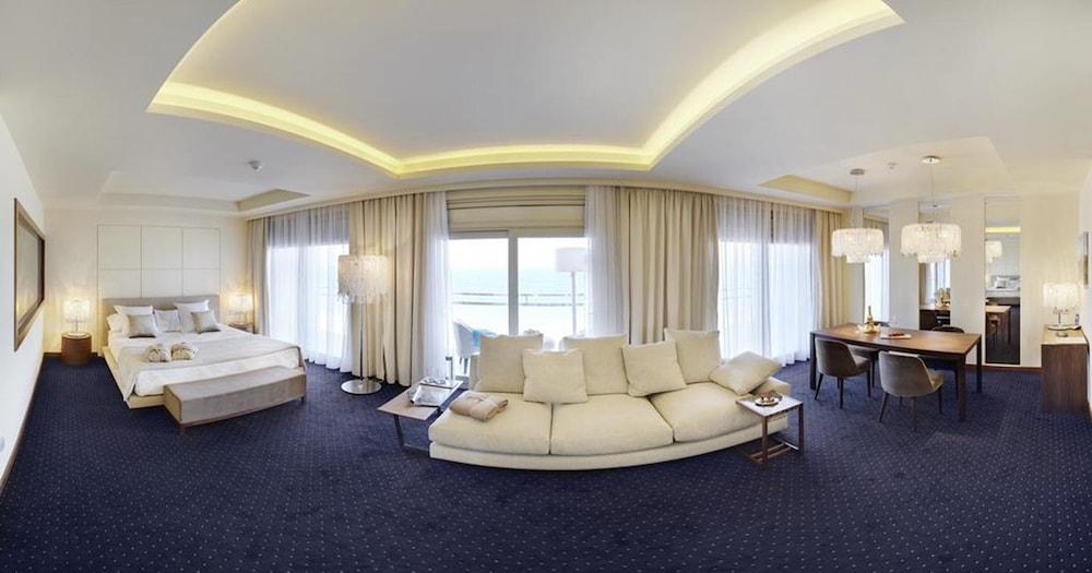 https://i.travelapi.com/hotels/16000000/15040000/15035800/15035781/43bcfcd3_z.jpg