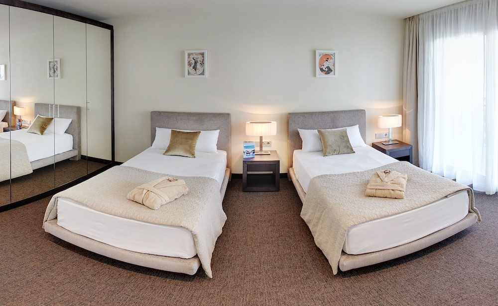 https://i.travelapi.com/hotels/16000000/15040000/15035800/15035781/bb37a67d_z.jpg
