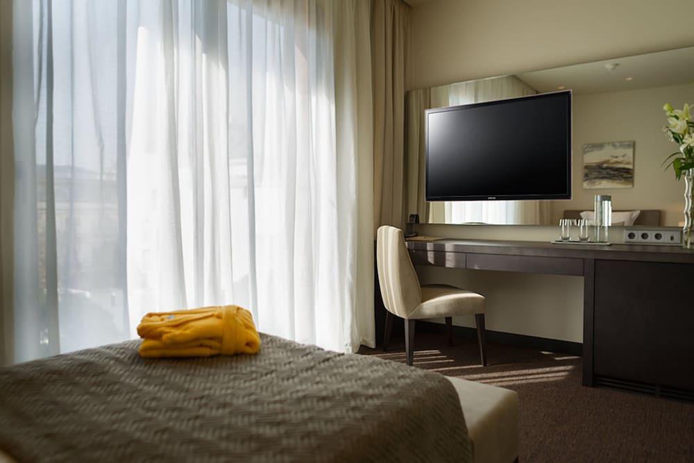 https://i.travelapi.com/hotels/16000000/15040000/15035800/15035781/d7caf7a6_z.jpg