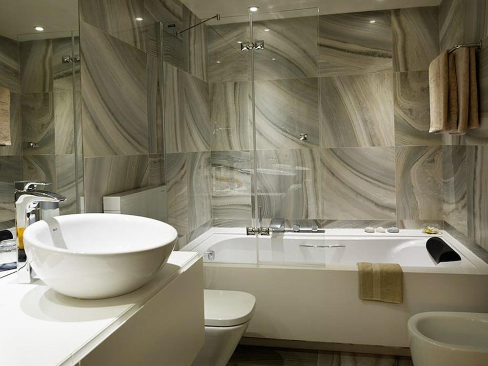 https://i.travelapi.com/hotels/16000000/15040000/15035800/15035781/ee4811e8_z.jpg