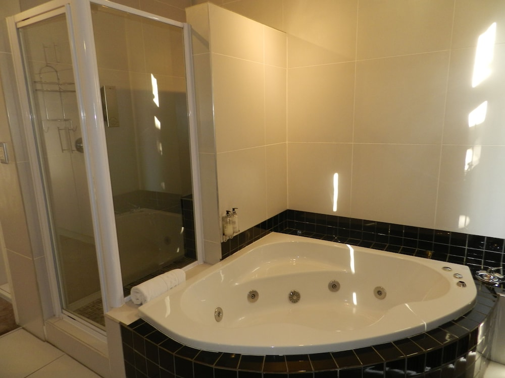 https://i.travelapi.com/hotels/16000000/15070000/15062100/15062021/21c67d93_z.jpg