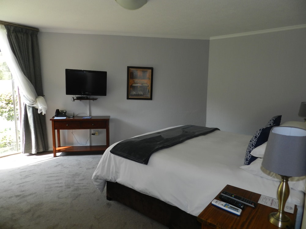 https://i.travelapi.com/hotels/16000000/15070000/15062100/15062021/4a3a61ff_z.jpg