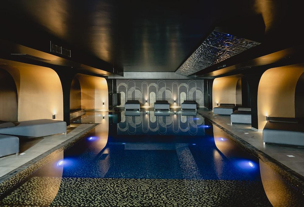 https://i.travelapi.com/hotels/16000000/15070000/15068700/15068656/8fc027a4_z.jpg