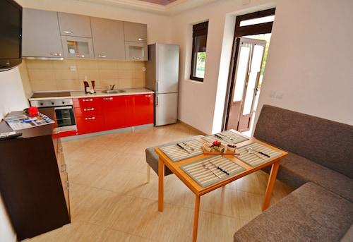 Cattaroom Apartments,